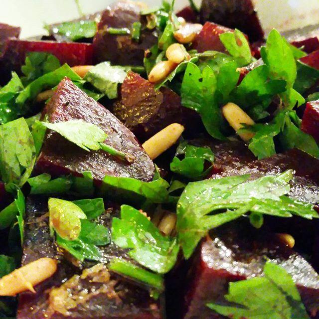 Salade de betterave, pignons de pin et herbes - Copyright © Gratinez