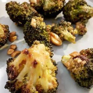 Brocolis, sauce crémeuse au sésame et cacahuètes - Copyright © Gratinez