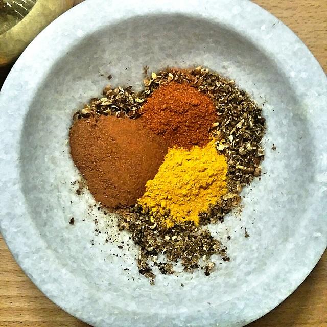 Mélange d'épices: curcuma, paprika doux, cannelle, baies de Sichuan, coriandre, cumin – Copyright © Gratinez