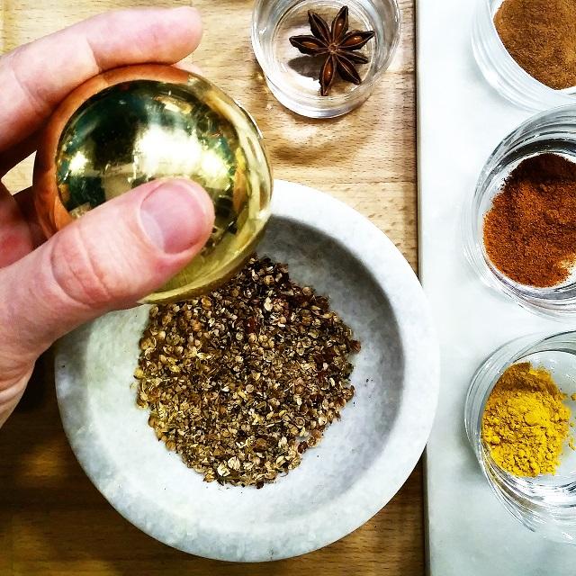 Mélange d'épices: baies de Sichuan, graines de coriandre et de cumin – Copyright © Gratinez
