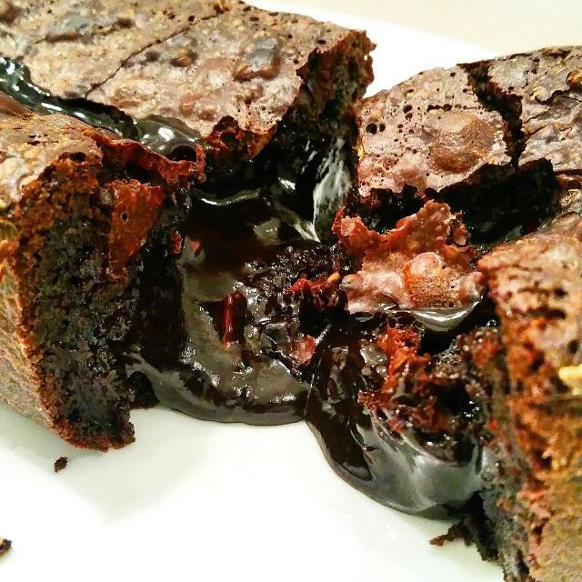 Gâteau fondant (coulant) au chocolat, noix et noisettes, vanille et tonka – Copyright © Gratinez