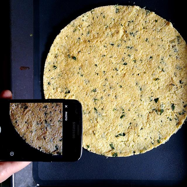 Préparation de la pâte à pizza à base de chou-fleur – Copyright © Gratinez