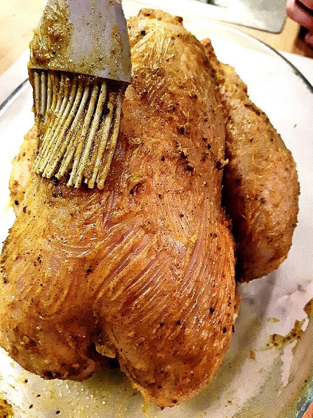 Nappage du poulet rôti au miel et mélange de 7 épices – Copyright © Gratinez