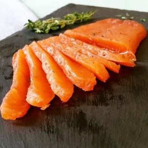 Saumon gravlax aux baies roses et au thym citronné – Copyright © Gratinez