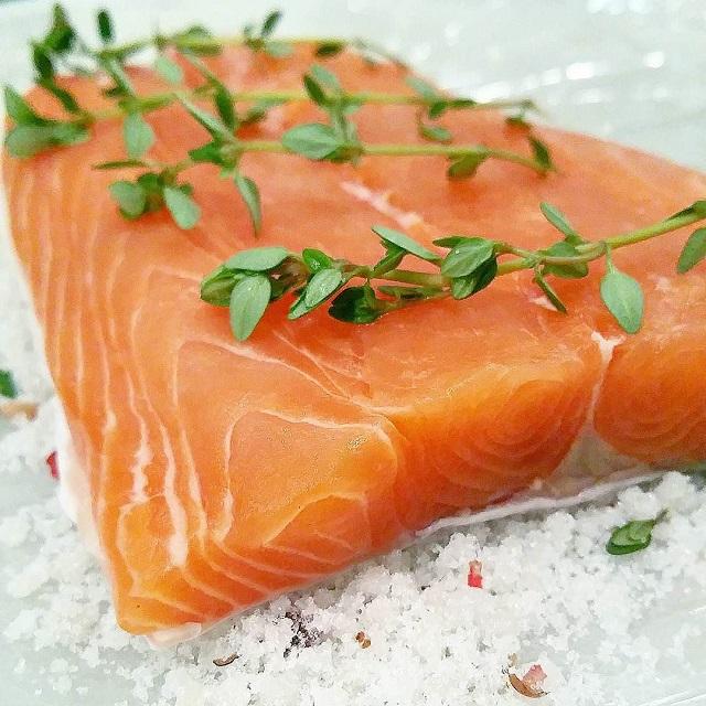 Gravlax de saumon aux baies roses et au thym citronné en préparation – Copyright © Gratinez