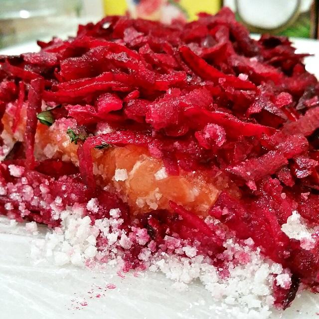 Gravlax de saumon à la betterave en préparation – Copyright © Gratinez