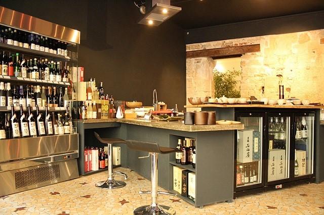 Table gastronomique avec cuisine centrale et cave à saké @ Workshop Issé – Copyright © Workshop Issé