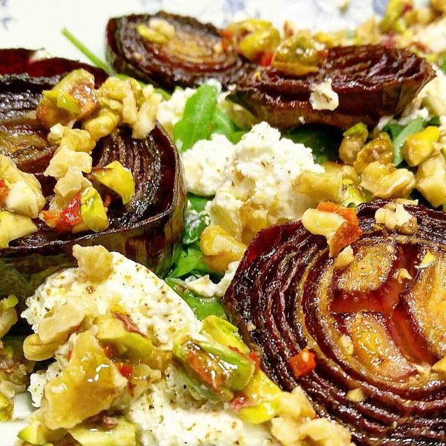 Oignons rouges en salade, et sauce pimentée aux noix – Copyright © Gratinez