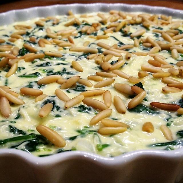 Quiche sans pâte aux épinards et pignons de pin, avant cuisson – Copyright © Gratinez