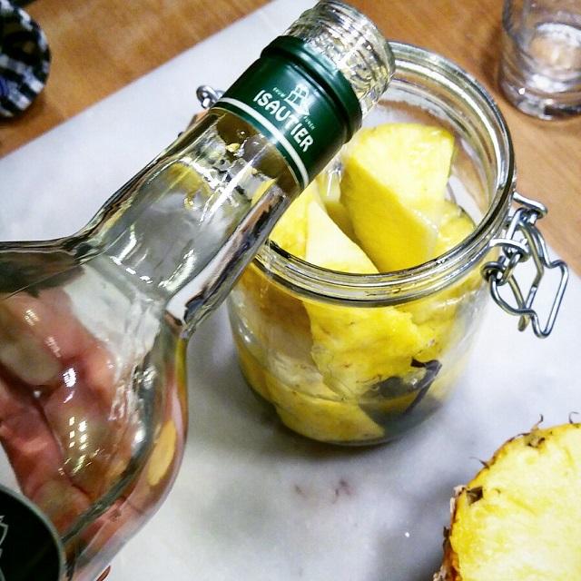 Rhum arrangé à l'ananas en préparation – Copyright © Gratinez