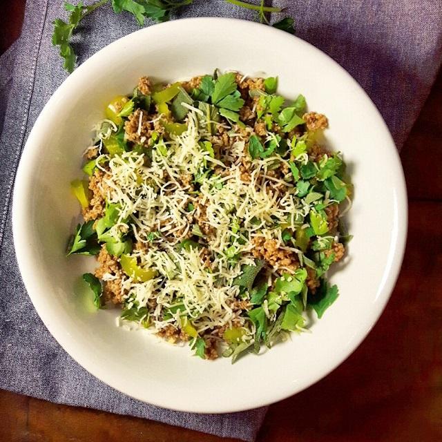 Salade de boeuf haché aux herbes fraiches et fromage râpé – Copyright © Gratinez