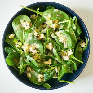 Salade de pousses d'épinards, graines, bleu des Causses – Copyright © Gratinez