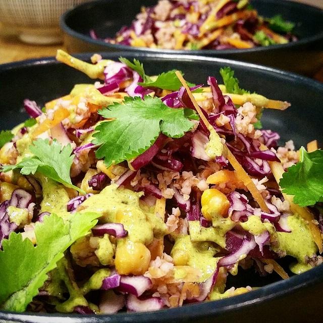 Chou rouge et pois chiches en salade, sauce aux graines de potiron – Copyright © Gratinez