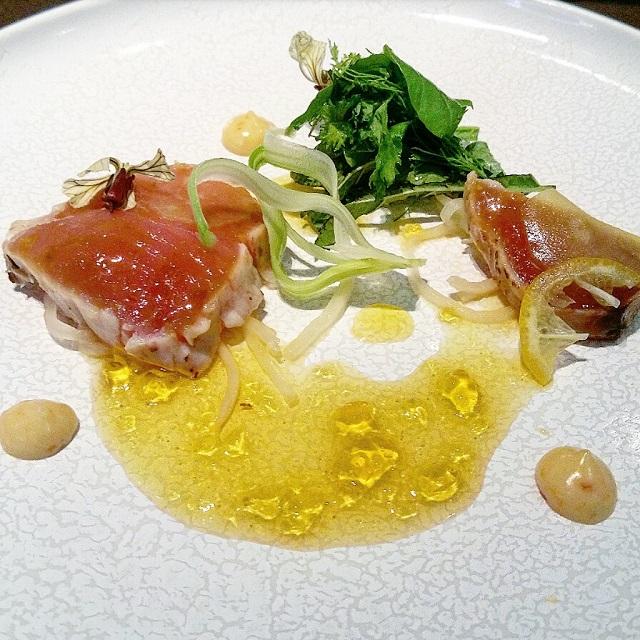 [Ze Kitchen Galerie] Bonite, jus de bouillabaisse, algue Aosa – Copyright © Gratinez