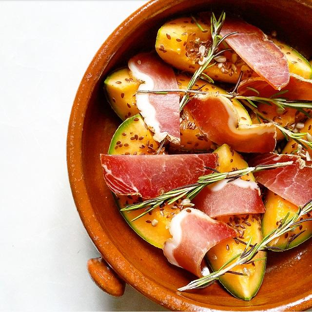 Melon rôti au romarin, bacon et graines, avant cuisson – Copyright © Gratinez