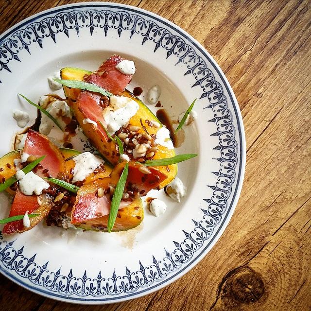 Melon rôti au romarin, bacon et graines, estragon et sauce persillée – Copyright © Gratinez