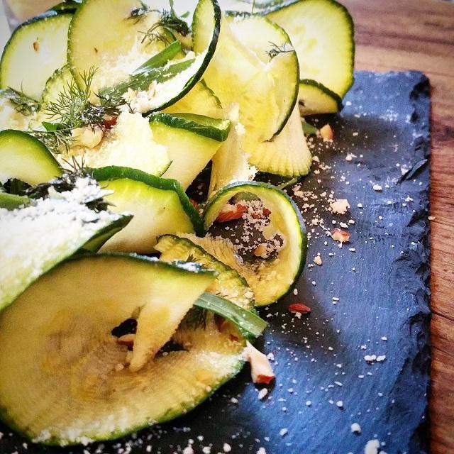 Tagliatelles de courgettes en salade, noisettes, estragon et aneth – Copyright © Gratinez