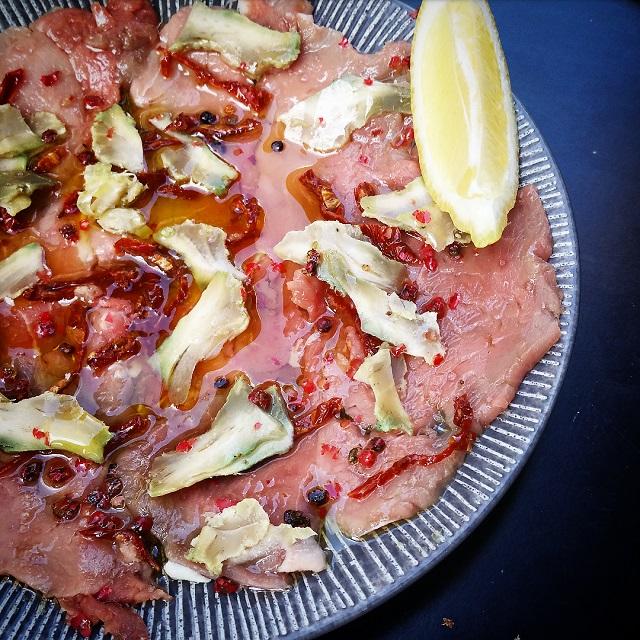 Carpaccio de veau, artichauts, tomates séchées – Copyright © Gratinez
