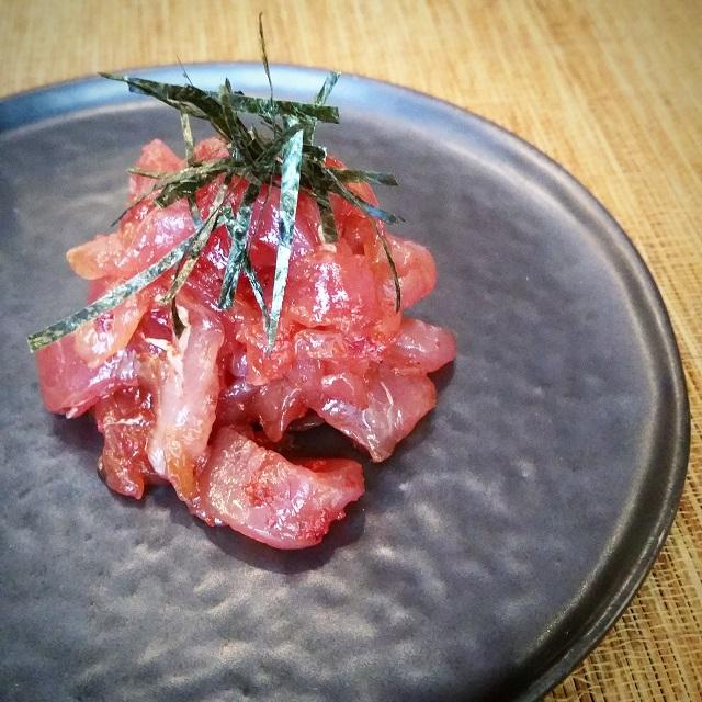 Tartare de thon, sauce soja, poudre de piment coréen, algues – Copyright © Gratinez