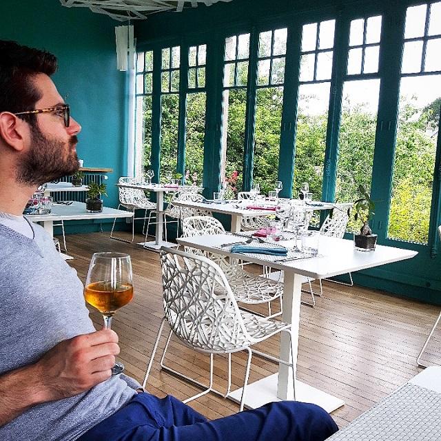 Lui et son verre de cidre breton – Copyright © Gratinez