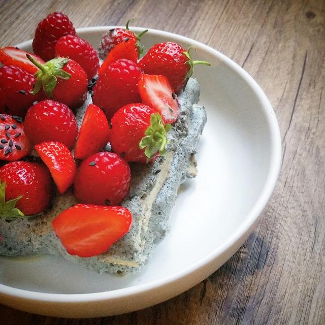 Tiramisu fraise, framboise et crème au sésame noir – Copyright © Gratinez