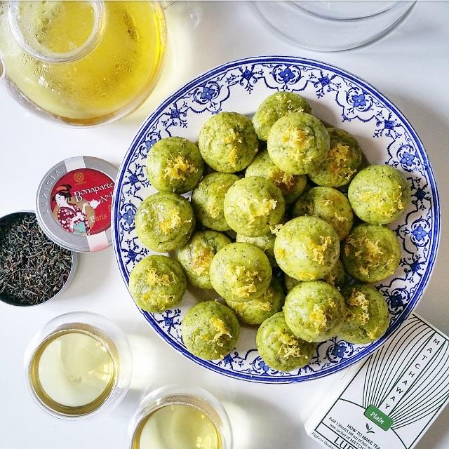 Muffins matcha, citron et pavot, moelleux et légers, accompagnés d'un thé de la Maison Lupicia – Copyright © Gratinez