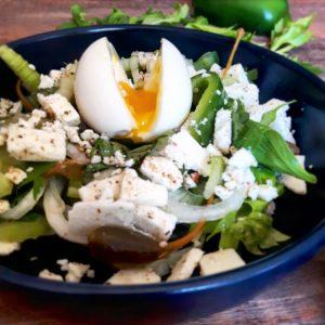 Salade de céleri branche, poivron, œuf coulant et feta – Copyright © Gratinez