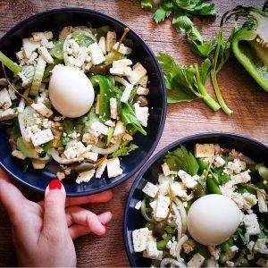 Salade de céleri, poivron, œuf coulant et feta – Copyright © Gratinez