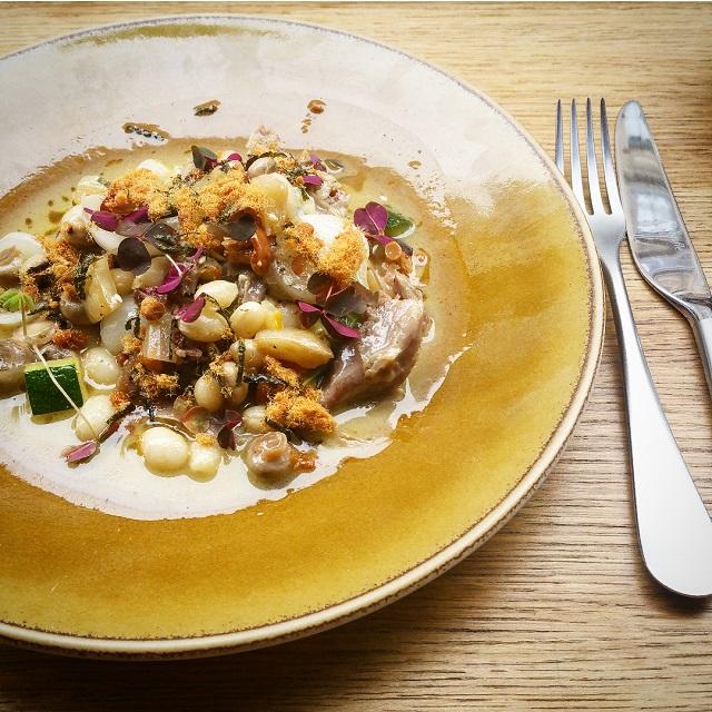 Epaule d'agneau cuite à la vapeur, haricots coco, saucisse de foie et oignons fermentés – restaurant Salt – Copyright © Gratinez
