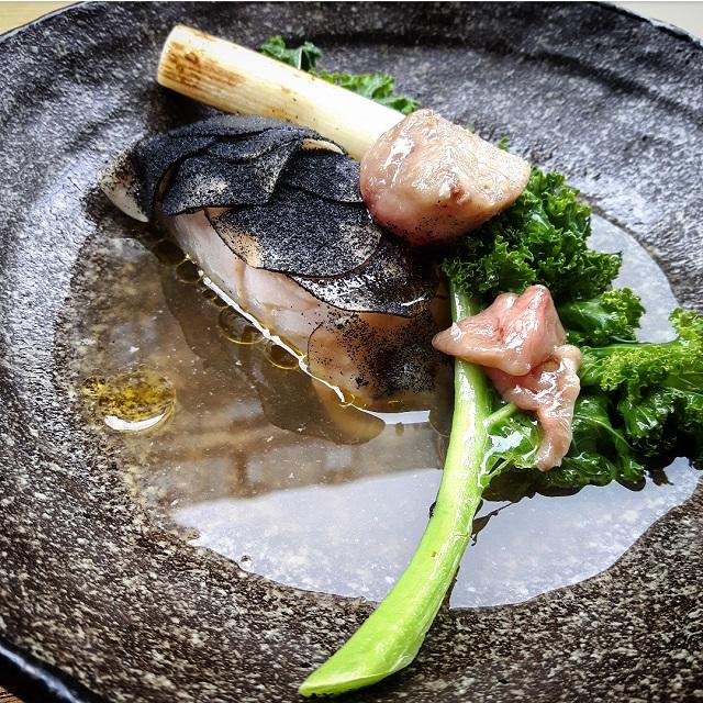 Lieu noir, moelle, kale et ail – restaurant Salt – Copyright © Gratinez