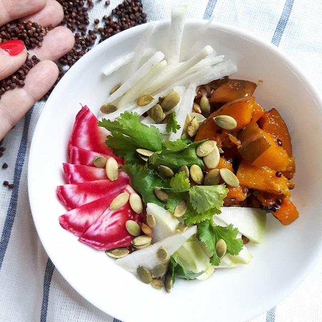 Bowl de courge rôtie à la maniguette et légumes croquants – Copyright © Gratinez