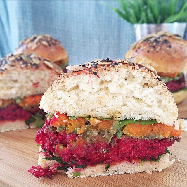 Burgers végétariens betterave, avocat, butternut, et buns maison – Copyright © Gratinez