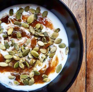 Quetsches compotées, yaourt au lait de chèvre et graines de courge – Copyright © Gratinez