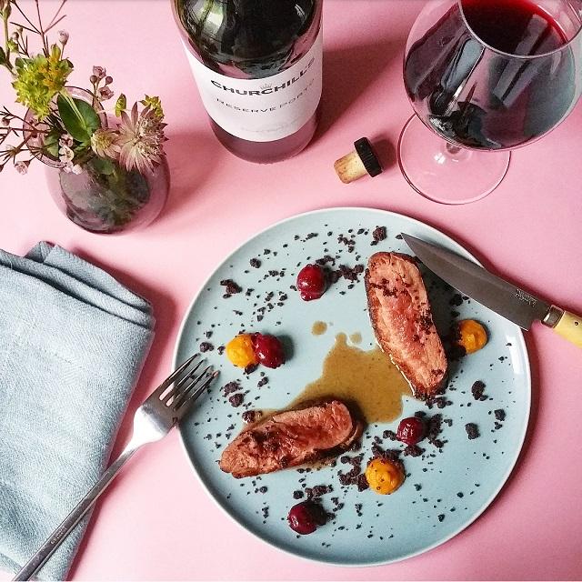 Magret de canard, cerises et cacao pour un accord Porto – Copyright © Gratinez / Arts de la table par La Trésorerie ®