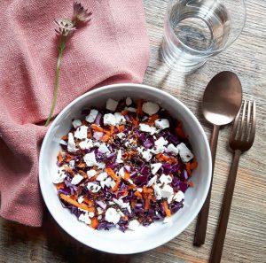 Salade de chou rouge, carottes, feta et huile de noisettes – Copyright © Gratinez