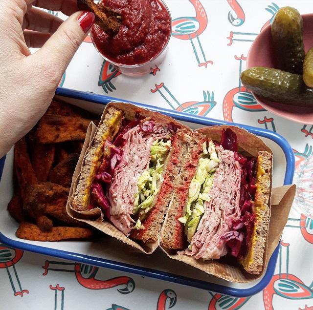 Sandwich pastrami et légumes croquant – Copyright © Gratinez / Arts de la table par La Trésorerie ®