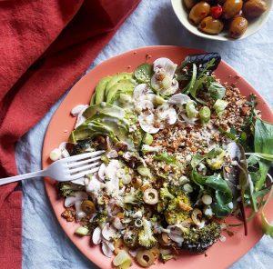 Assiette verte, granola salé fenouil et épices – Copyright © Gratinez / Arts de la table par Merci ®