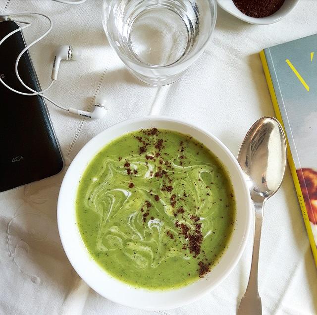 Soupe froide de courgette, lait de coco et sumac – Copyright © Gratinez