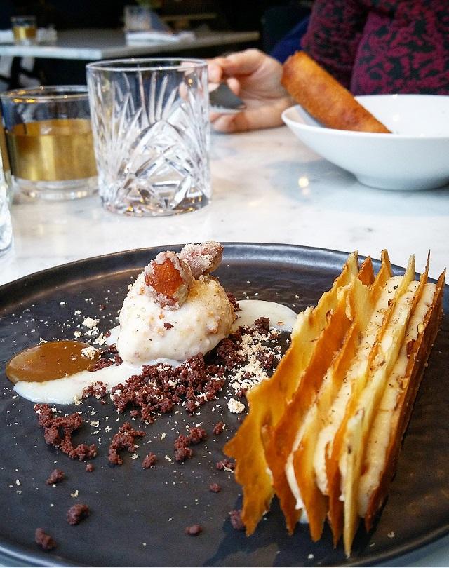 Mille feuilles vanille Bourbon, Glace amandes, Caramel tonka, chez Sourire Restaurant – Copyright © Gratinez