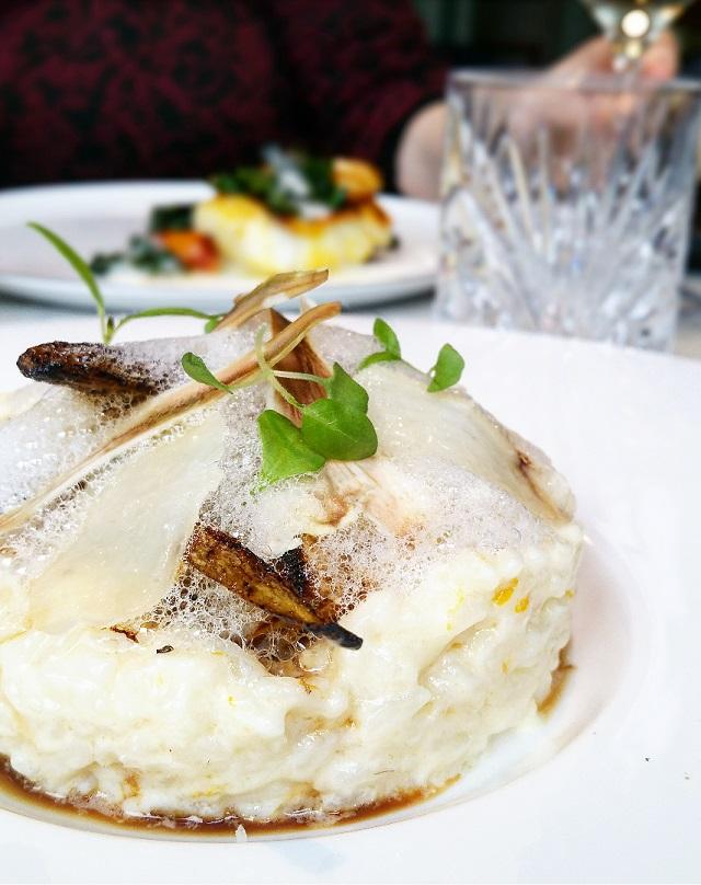 Risotto au vieux parmesan, Artichauts violets de Sicile, Citron Meyer, chez Sourire Restaurant – Copyright © Gratinez