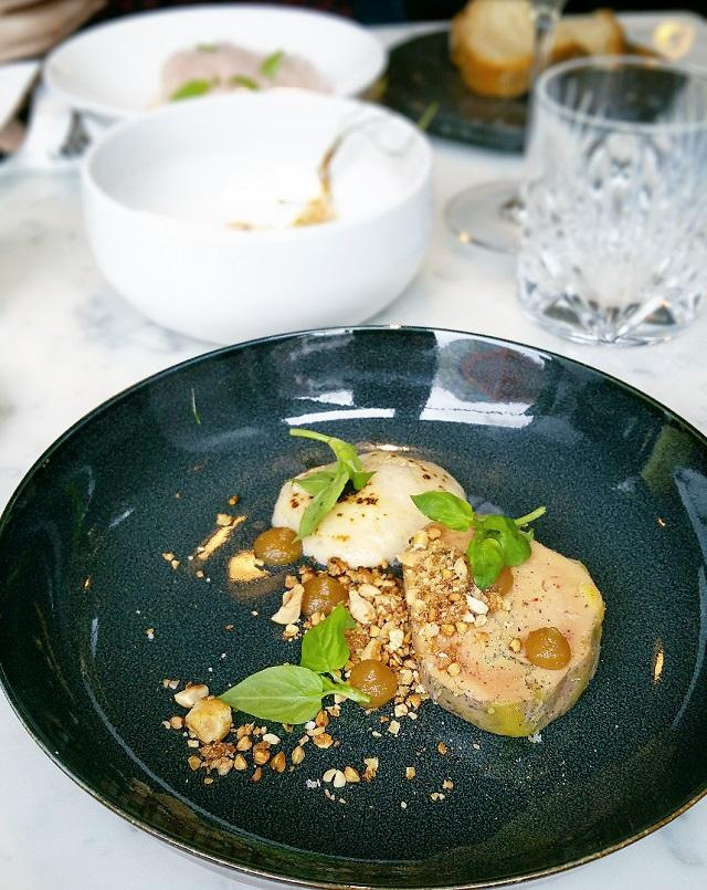 Foie gras fumé, Mousse torréfiée, Granola, Chutney à la bière, chez Sourire Restaurant – Copyright © Gratinez