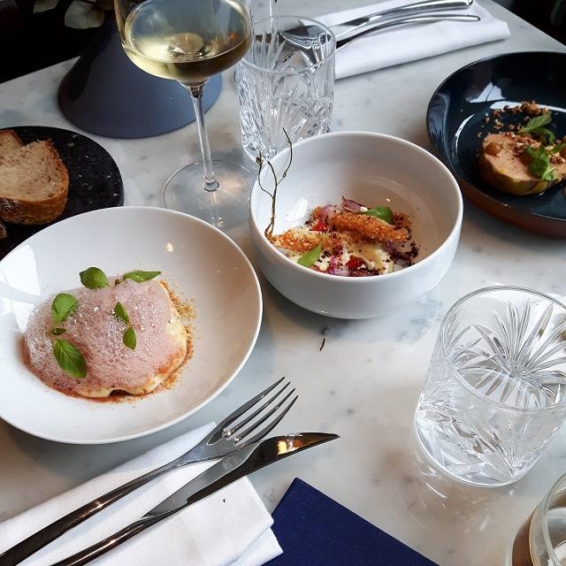 À table, chez Sourire Restaurant – Copyright © Gratinez