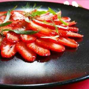 Carpaccio de fraises, timut et sirop de tonka – Copyright © Gratinez