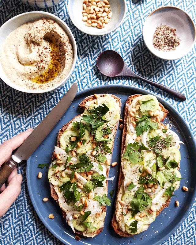 Houmous toast, jalapenos vert, thym et sumac – Copyright © Gratinez