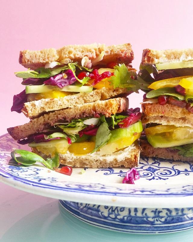 Club Sandwich Veggie, chou rouge, grenade, piment Jalapeño – Copyright © Gratinez