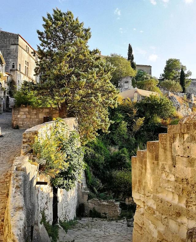 Dans les rues de Baux de Provence – Copyright © Gratinez