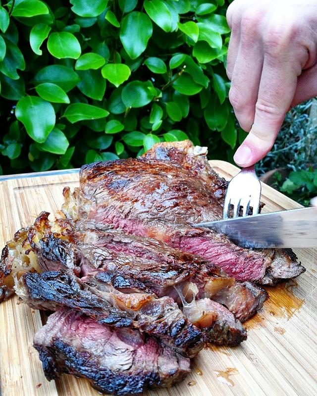Côte de bœuf au BBQ dans notre appartement Abritel de Lyon – Copyright © Gratinez