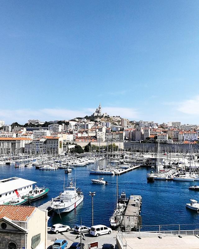 Dans le vieux port de Marseille, vue sur la Bonne Mère – Copyright © Gratinez