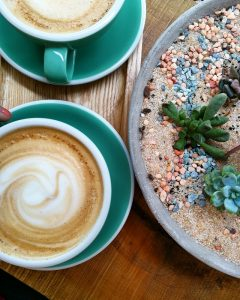 Café Latte chez Kafeen Coffee shop – Copyright © Gratinez