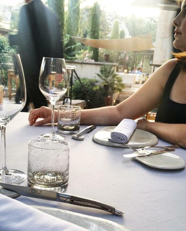 La table du restaurant étoilé, L'Oustau de Baumanière, Baux de Provence – Copyright © Gratinez